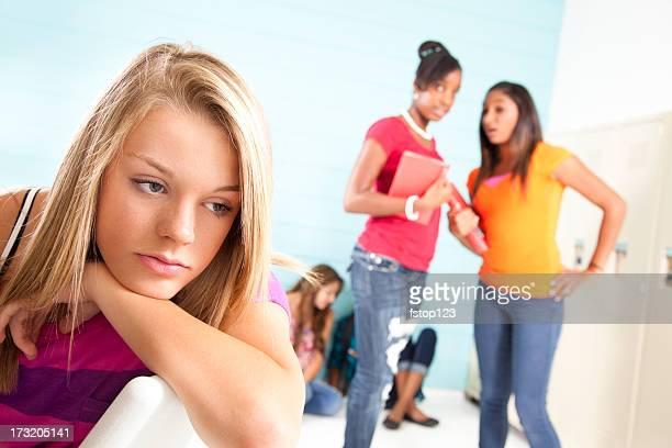 Jeunes filles gossiping et harcèlement classmate. Tyranniser. High school. L'Exclusion.