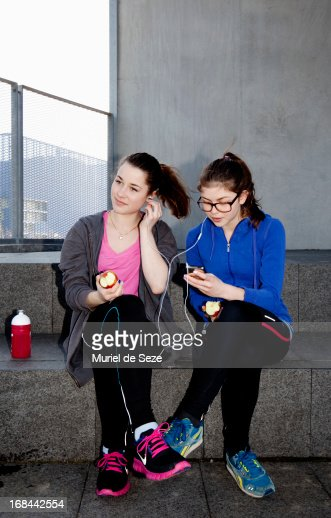 Teenage girls listening to music : Stock-Foto