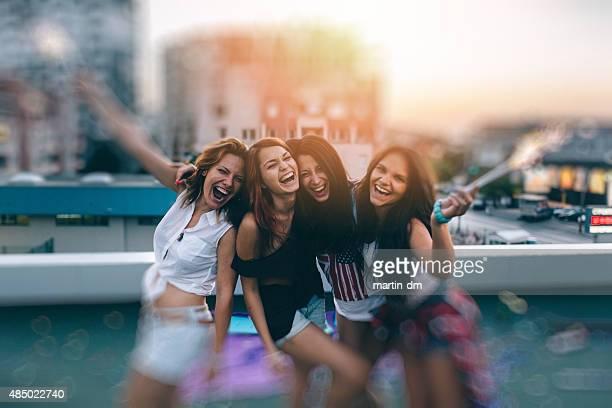 Teenager-Mädchen auf einer party auf dem Dach