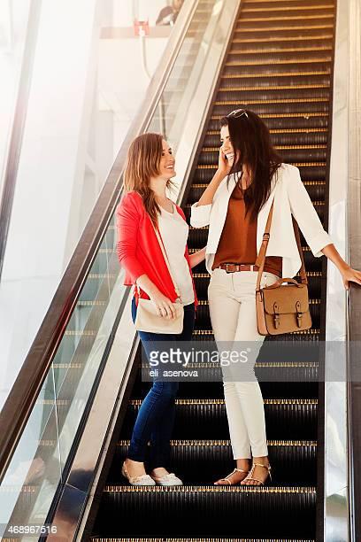Jeunes filles sur l'escalator dans le métro de Dubaï