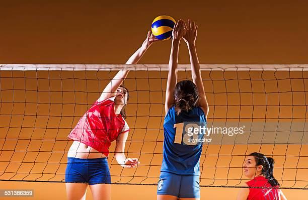 Teenager Mädchen spielen volleyball.