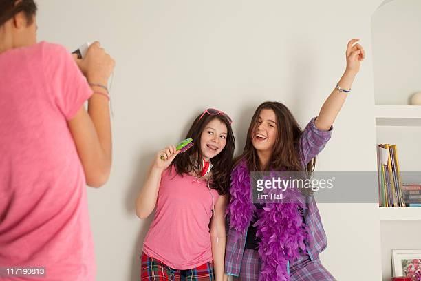 Jeunes filles chanter, portant lingerie