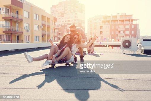 ADOLESCENTES skateboarding sur le toit