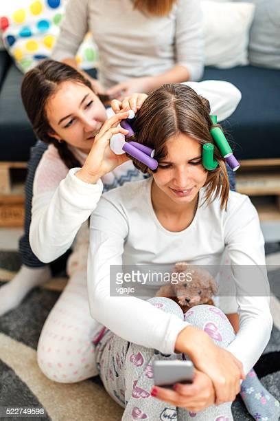 Jeunes filles couché de soins de beauté
