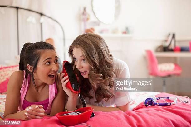 Jeunes filles parlant au téléphone dans la chambre