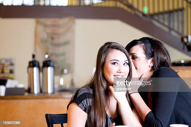 Jeunes filles racontant les Secrets