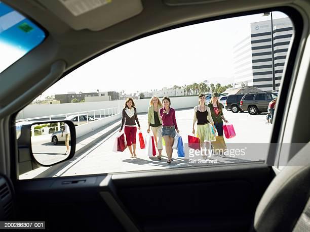 Teenager Mädchen (17 – 19) zu Fuß zum Auto auf dem Parkplatz
