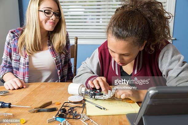 Adolescente ragazze lavorano su progetto di scienze