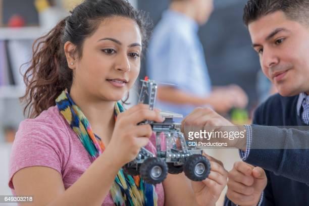 Teenager indische High School Mädchen baut Roboter