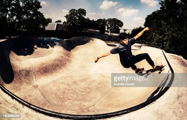 Junge skateboarder einen trick durchführen