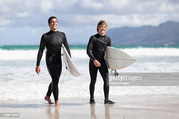 10 代のサーファーとともにビーチで持ち運び用ボード