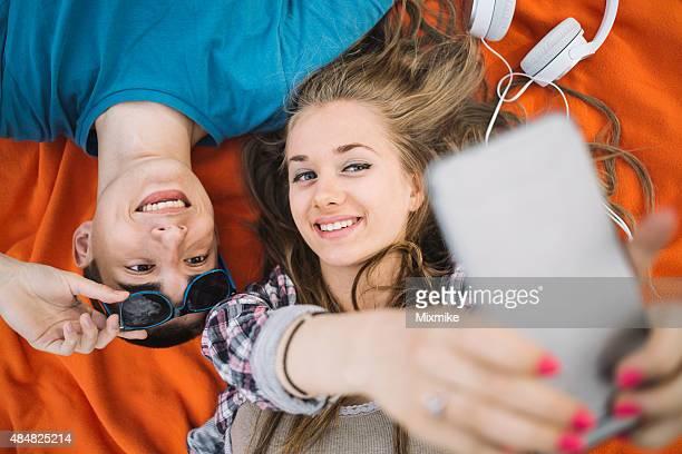 Teenager-Paar, die Selfies