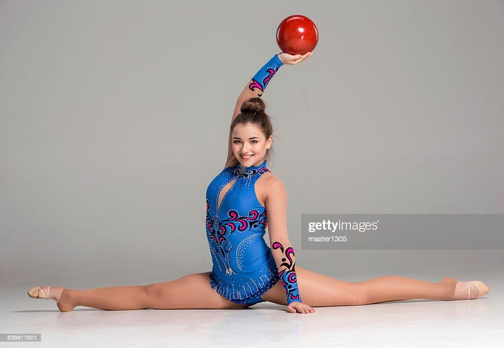 Adolescente fazendo exercícios de ginástica com bola de ginástica vermelho : Foto de stock