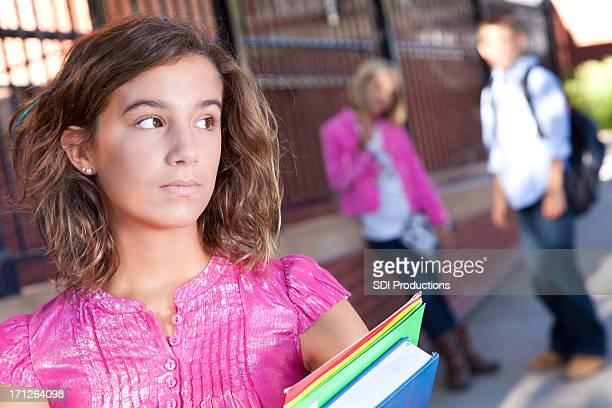 Teenager fühlt sich allein in der Schule