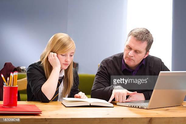 teenager wird Hilfe bei den Hausaufgaben