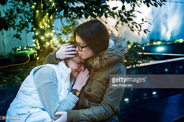 Teenager-Mädchen weint und Schwester komfortable Ihre