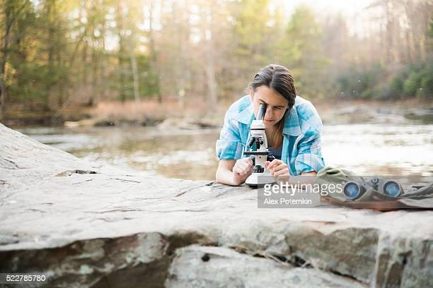 Adolescent fille Explorez nature de Poconos, en Pennsylvanie
