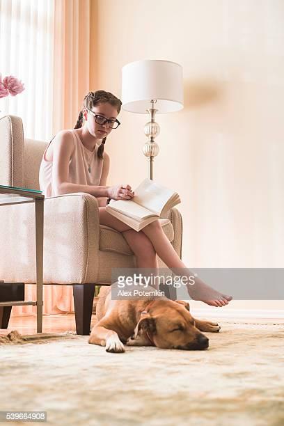 吸うティーンエイジャーの女の子のご予約内容に、犬のリビングルーム
