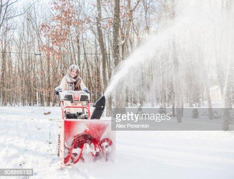 Teenager-Mädchen, die mit Schnee mit Schneepflug