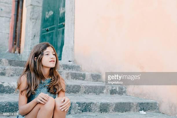 Teenager-Mädchen sitzt auf der Treppe im Freien