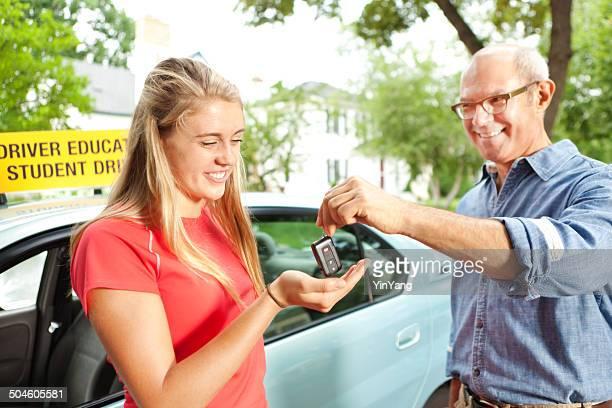 Adolescente Chica estudiante destornillador de recibir llave de coche de padre Instructor