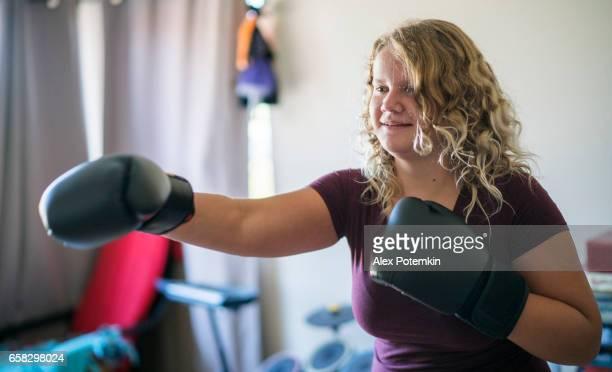 Muchacha adolescente con Boxeo Guantes practicando lucha