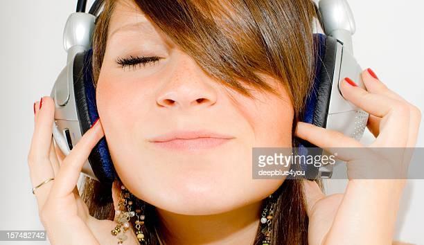 Adolescent liste de la musique avec des écouteurs