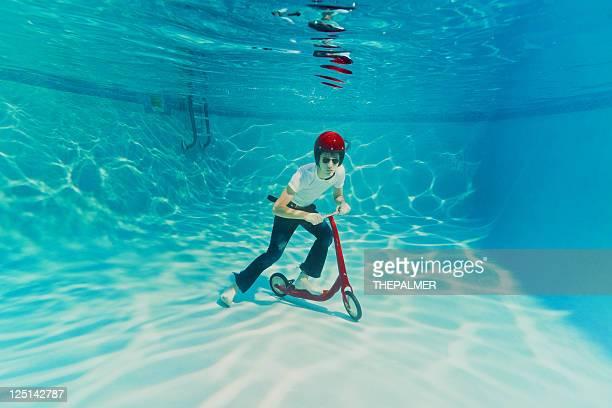 Adolescente empujando un scooter submarino
