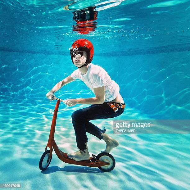 Adolescent en poussant un scooter sous-marin