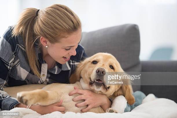 Teenager entspannend mit Ihrem Hund