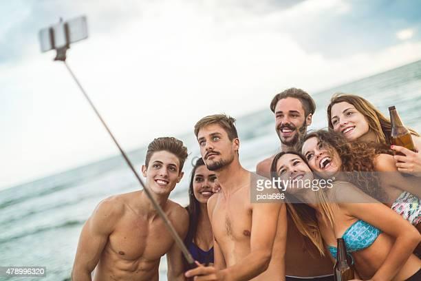 Adolescent selfie au bord de la mer