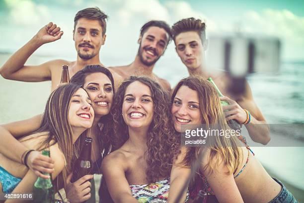 Adolescente selfie sul mare