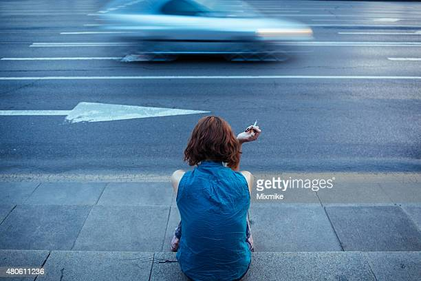 Adolescente sur un trottoir FUMEUR