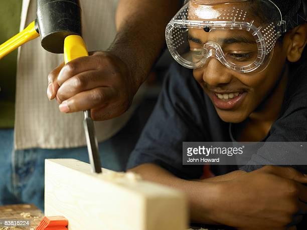 Adolescente guardare legno è cesellato