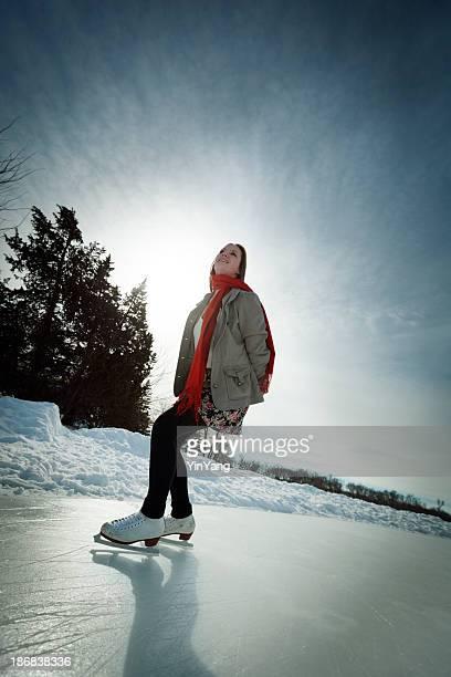 ティーンエイジャー冬のアイススケート、スタイルの屋外アイスリンクでのスケート
