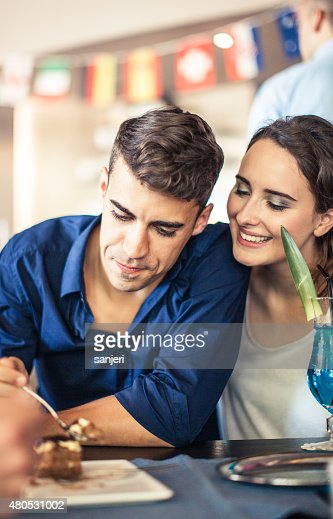 Teenagers at the coffee shop eating sweets : Stockfoto