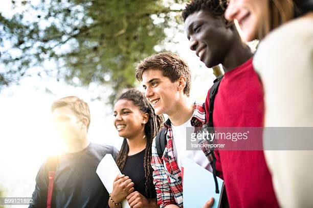 Teenager student lächelnd umarmen