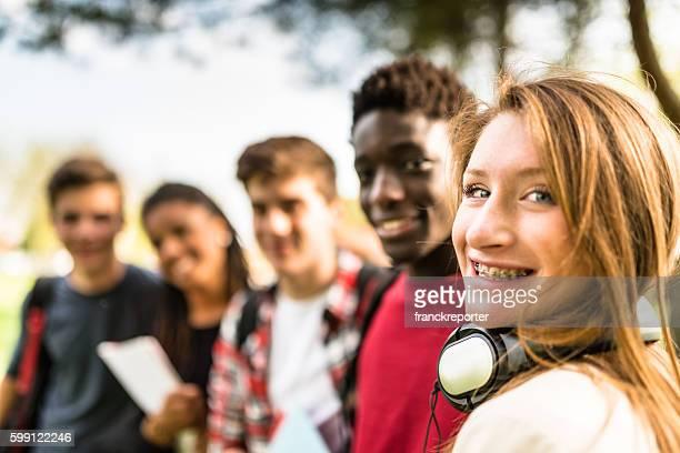 Adolescentes college estudiante sonriente abrazar