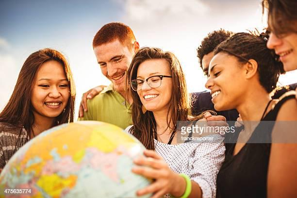 Adolescentes college estudiante sonriente con globo