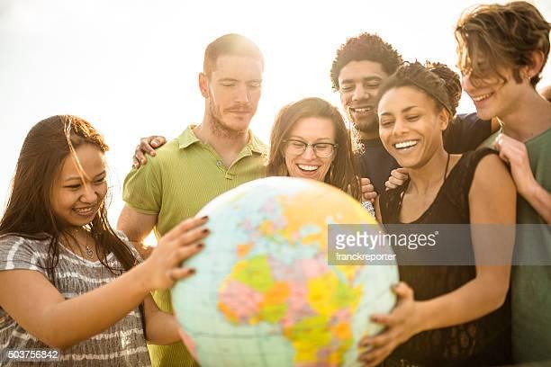 Adolescenti college studente sorridente con globe