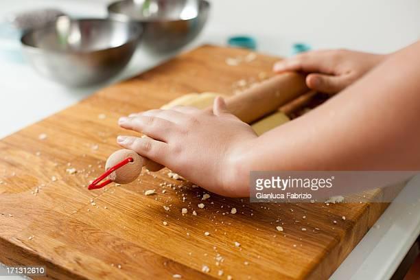 Adolescent mains avec rouleau à pâte aplatissement