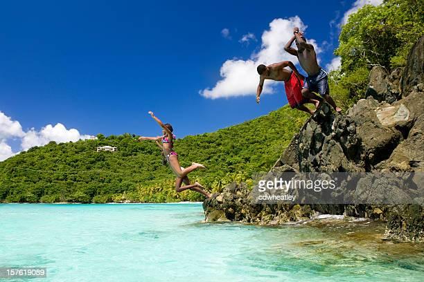 Adolescentes sumergiéndose en el agua en las islas vírgenes