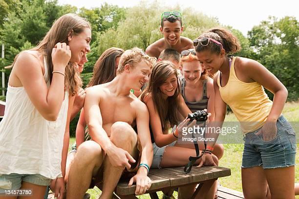 Jugendliche Blick in die Bilder auf die Kamera zusammen mit einem Freund