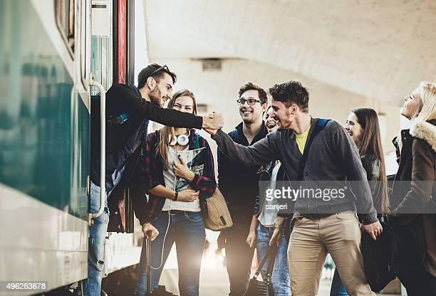 Adolescents sur la gare ferroviaire