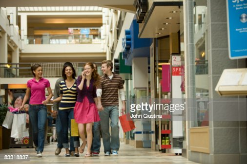 Teenagers  (14-17) shopping at the mall : ストックフォト