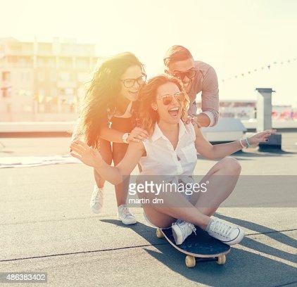 Adolescents skateboarding sur le toit