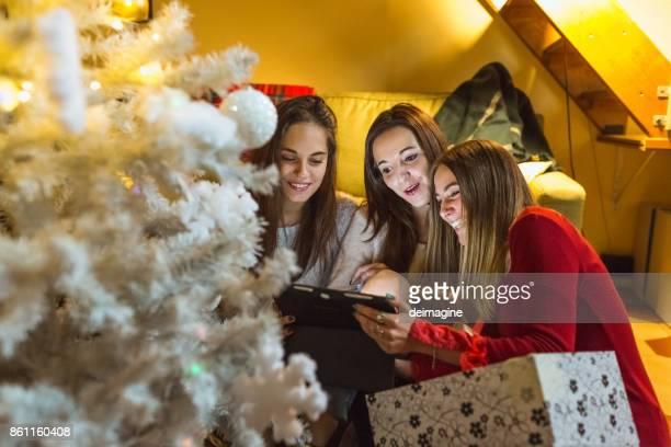 自宅でデジタル タブレットを使用してティーンエイ ジャー クリスマスの日