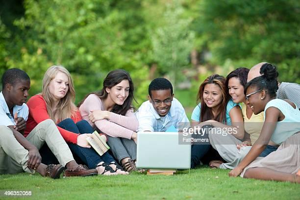 Adolescents en regardant une vidéo dans le parc
