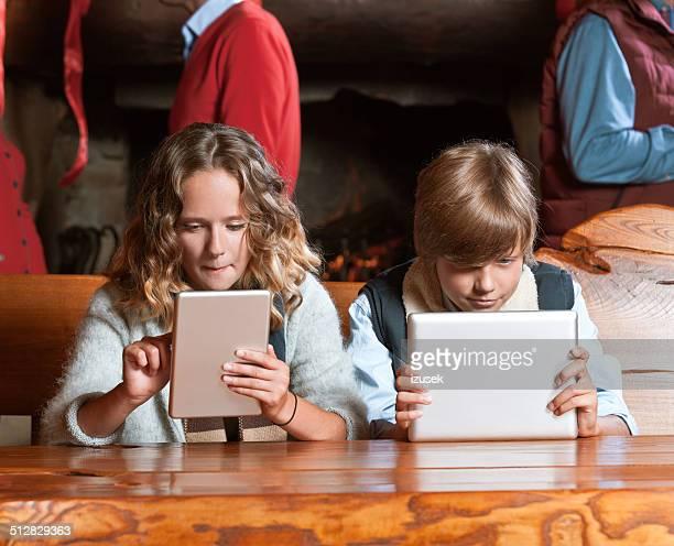 Adolescents avec tablettes numériques