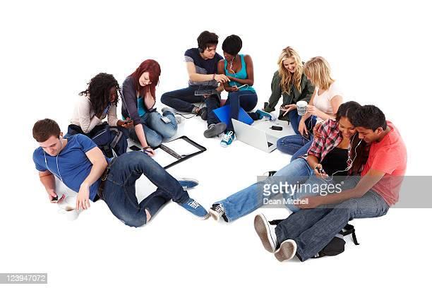 Teenager Arbeiten auf dem Boden-isoliert